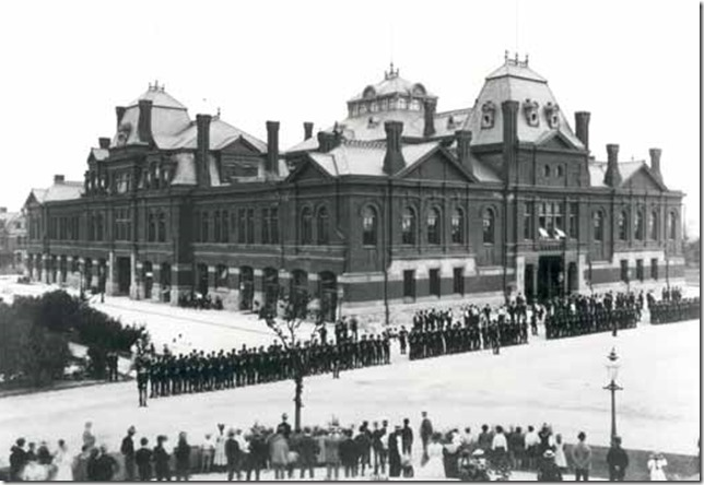 Pullman Strike Striking workers and Illinois National Guard outside Arcade Bldg via Wikipedia