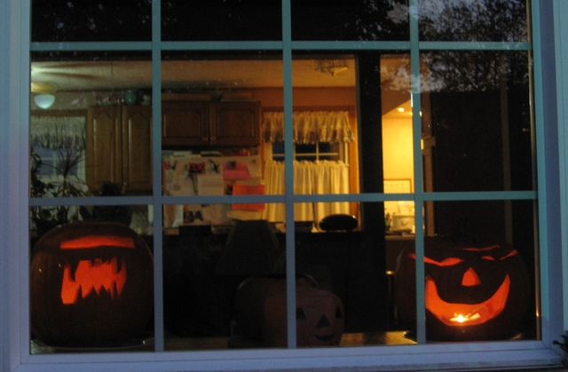 Halloween_07_07c_friendly_window_2